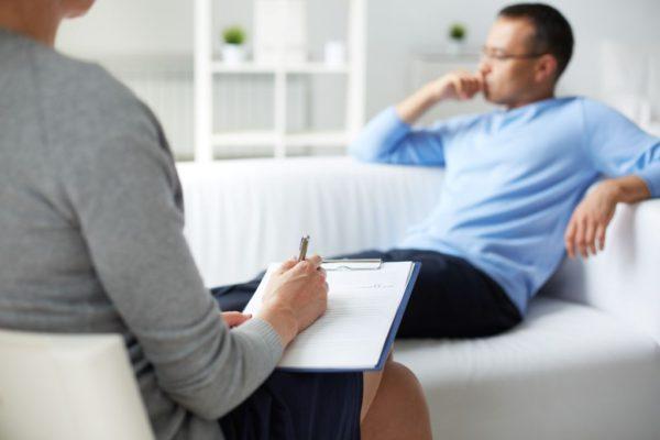 mezczyzna-siedzacy-na-sofie-u-psychologa-zapytujemy