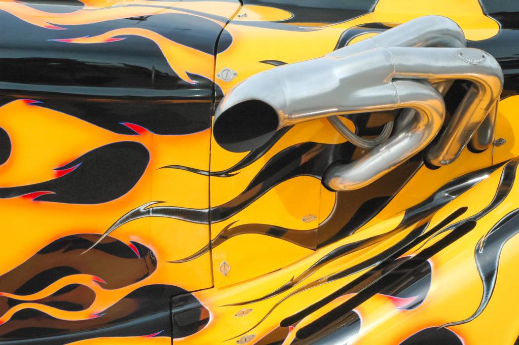 samochód z folią wrappingową